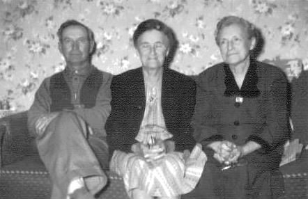 Earl Luther Mynatt and sisters 1946